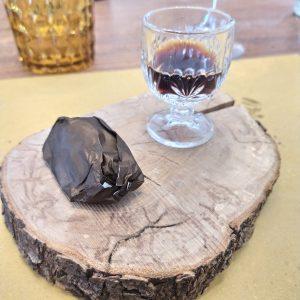 Gelato con cioccolato fondente e tartufo bianco